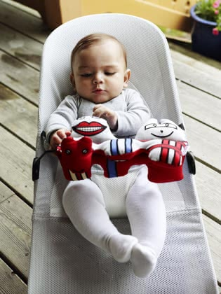 BabyBjörn toys for babysitter - The BabyBjörn wooden toy for the Babysitter is fast and simple be attached at the baby bouncer and provides a lot of entertainment